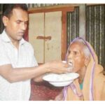 এভাবেই প্রতিদিন ৯৫ বছর বয়সী মা'কে দুধ-ভাত খাওয়ান স্বপন